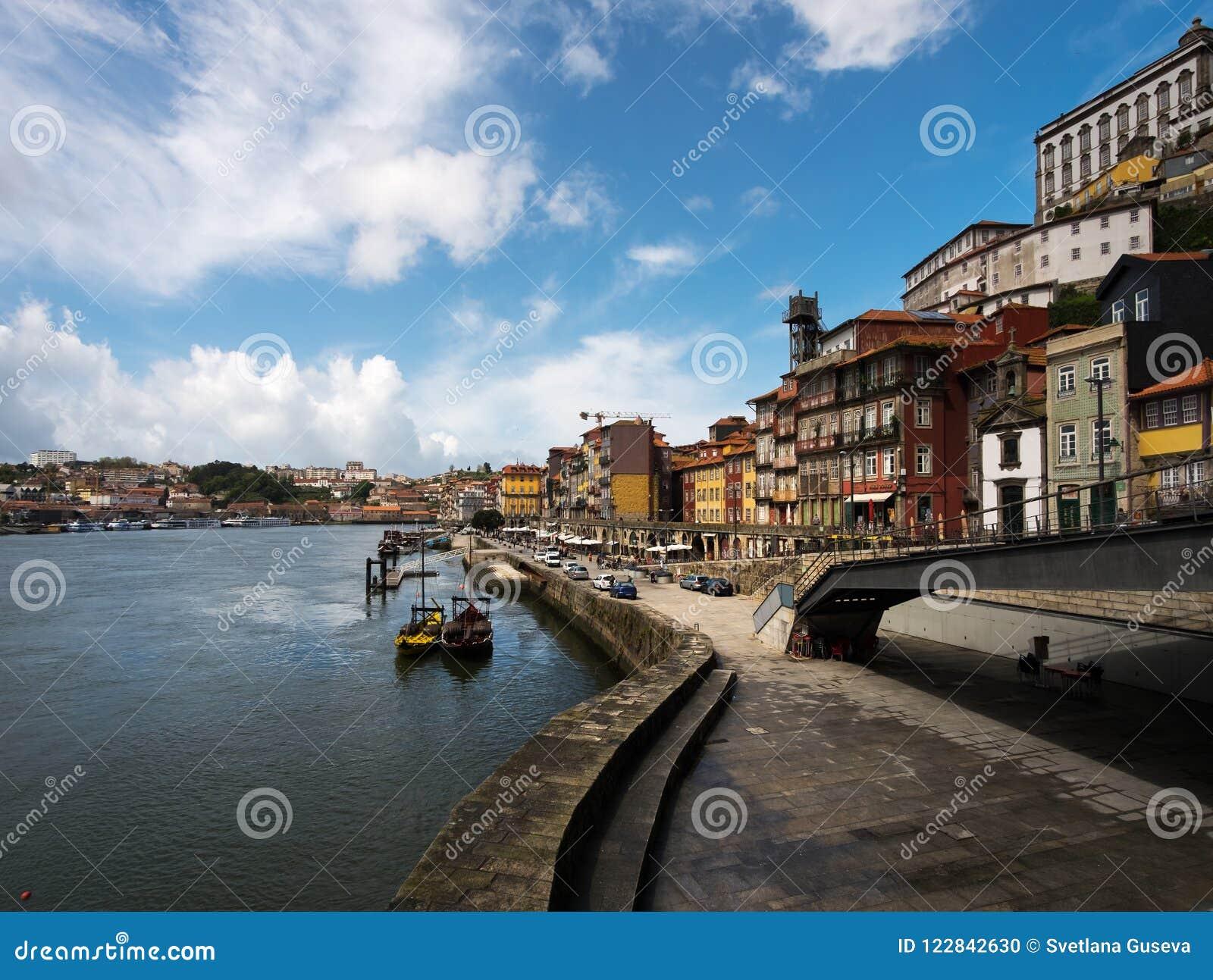 Het lopen rond de oude stad van Porto