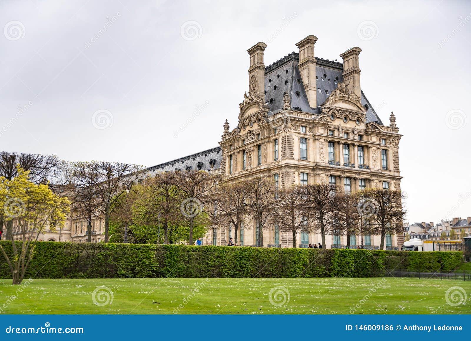 Het Louvre van Jardin des Tuileries in Parijs, Frankrijk wordt bekeken dat