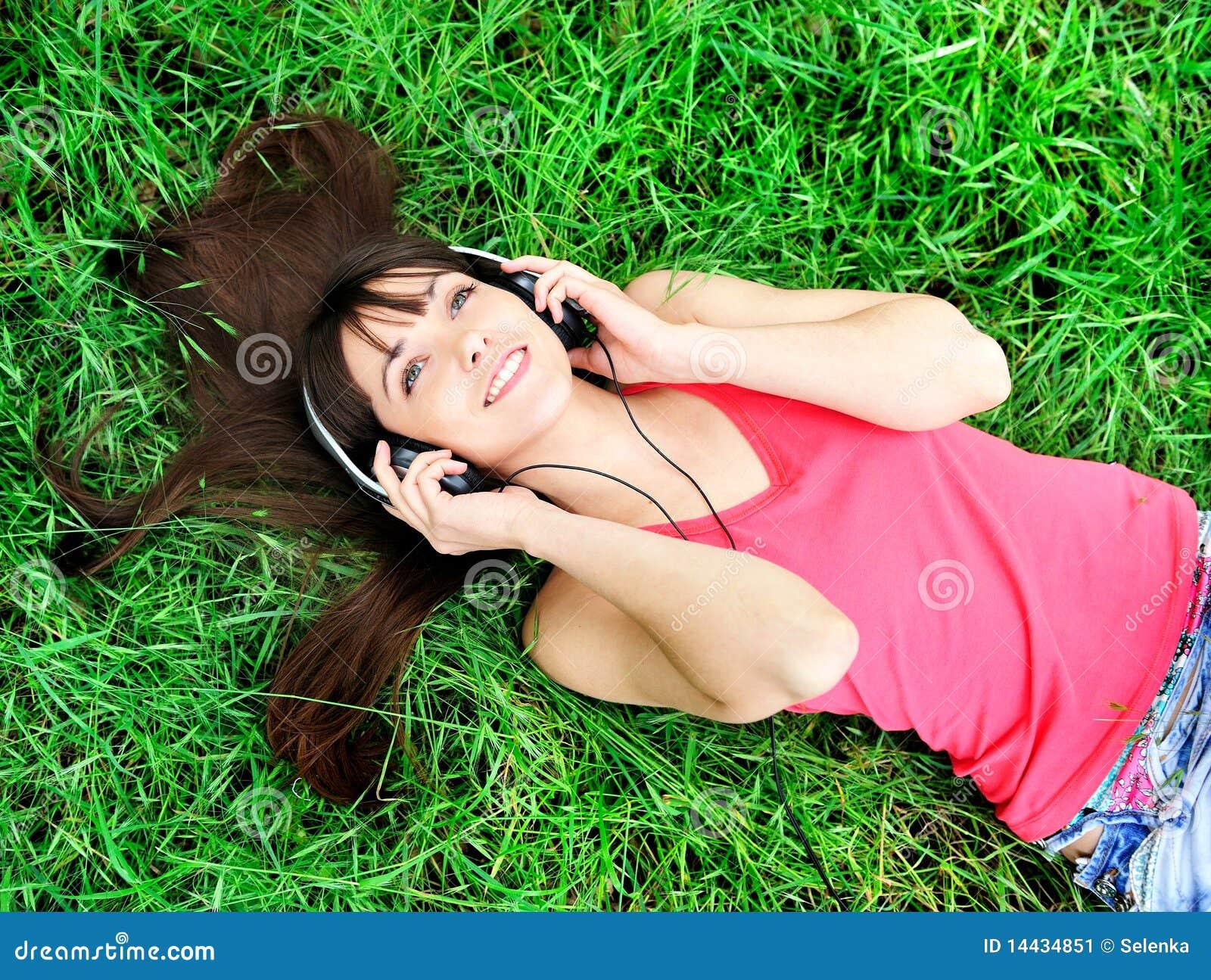 Het luisteren van het meisje muziek
