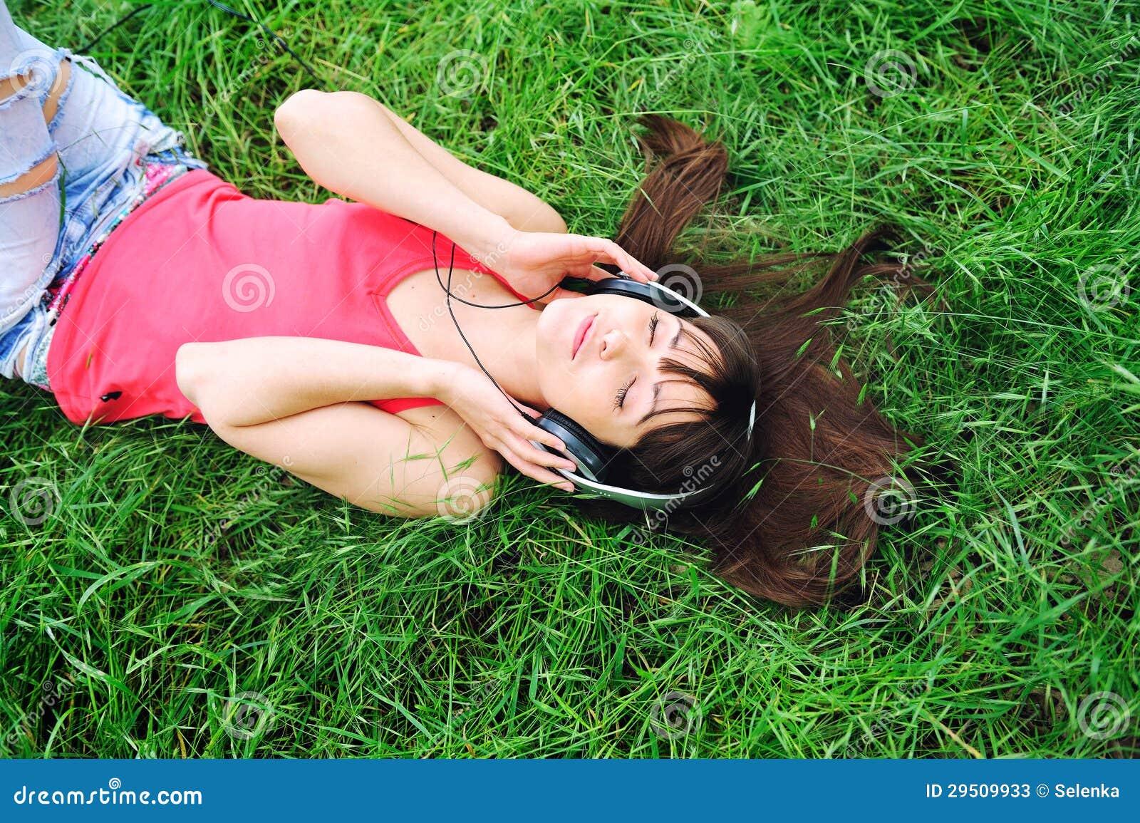 Het luisteren van het meisje muziek.