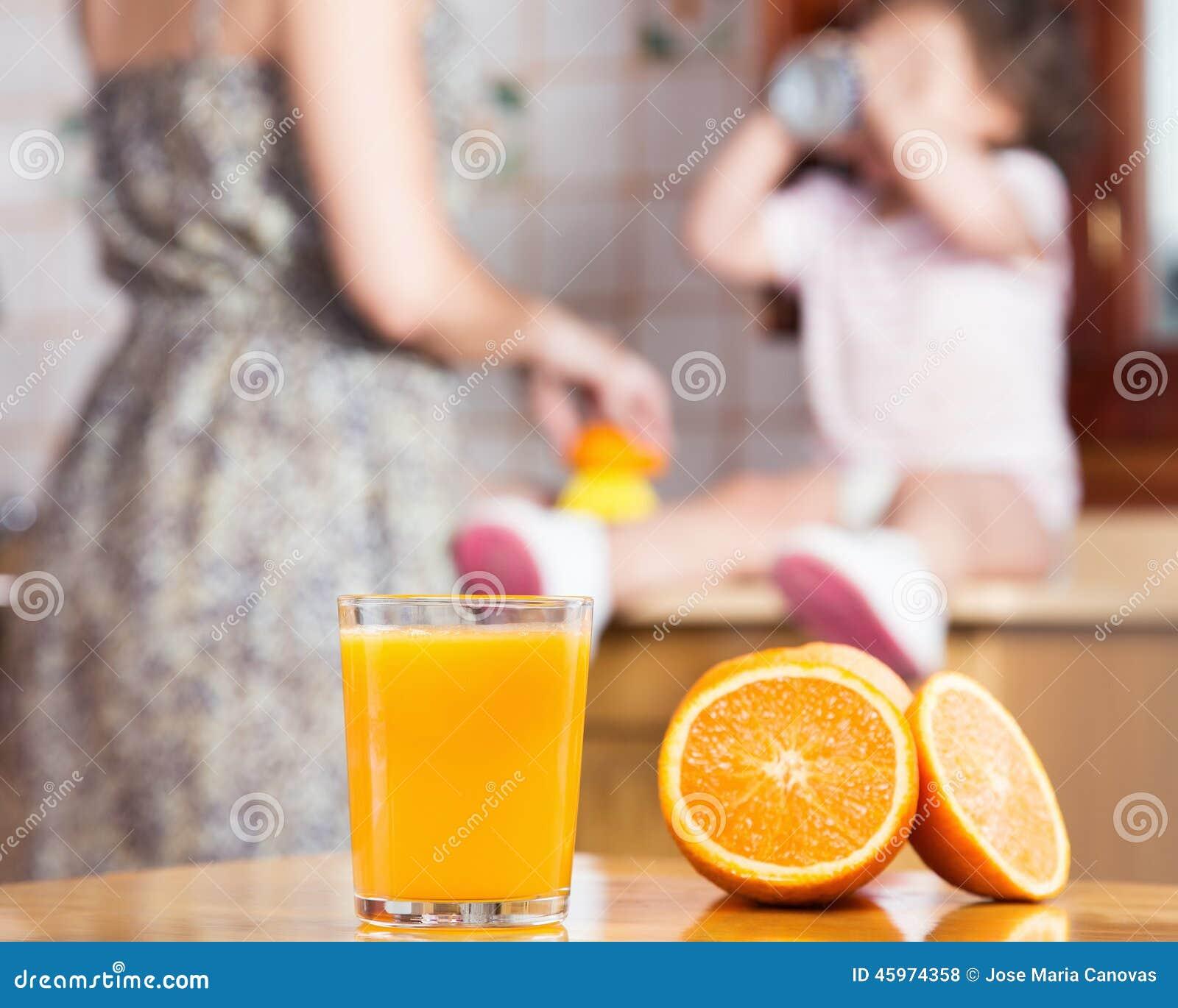 Het maken van een vers gedrukt jus d orange