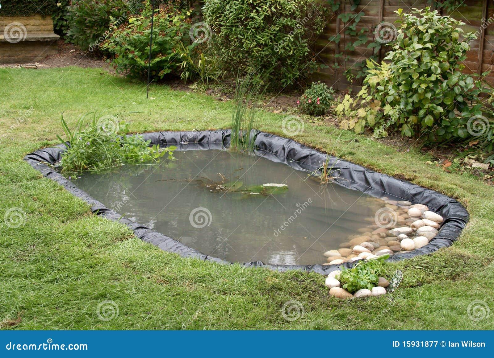 Het maken van een vijver van de tuin stock afbeelding for Een vijver