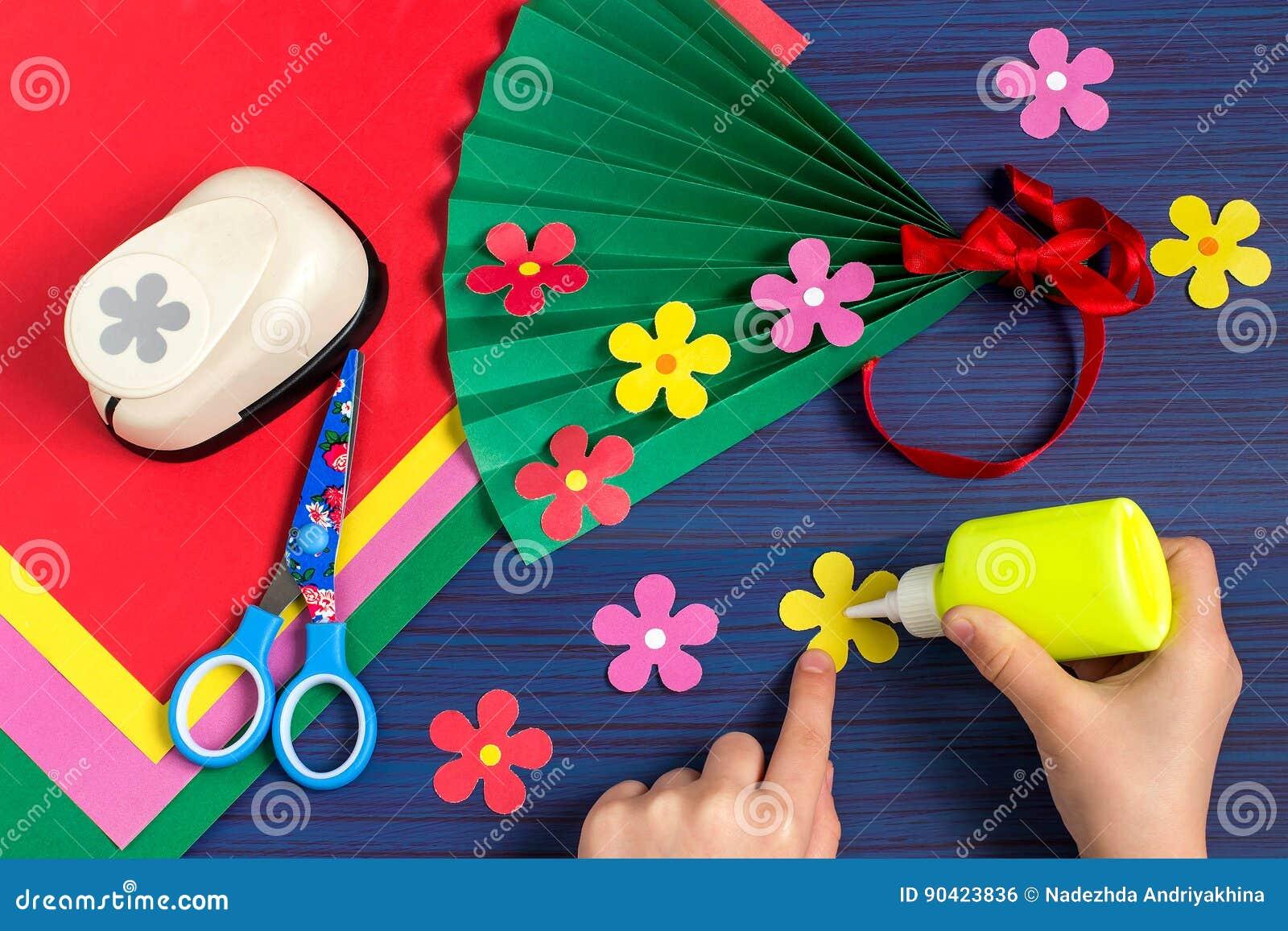Het maken van gift voor Moeder` s Dag door het kind Stap 6