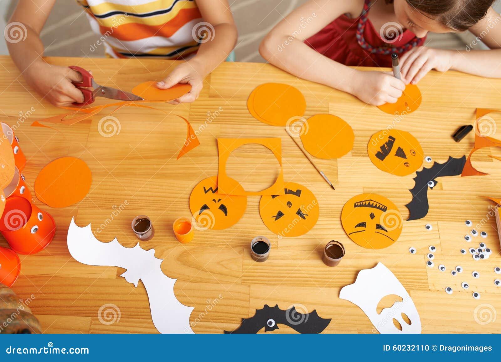 Het maken van halloween decoratie stock foto afbeelding for Halloween versiering maken