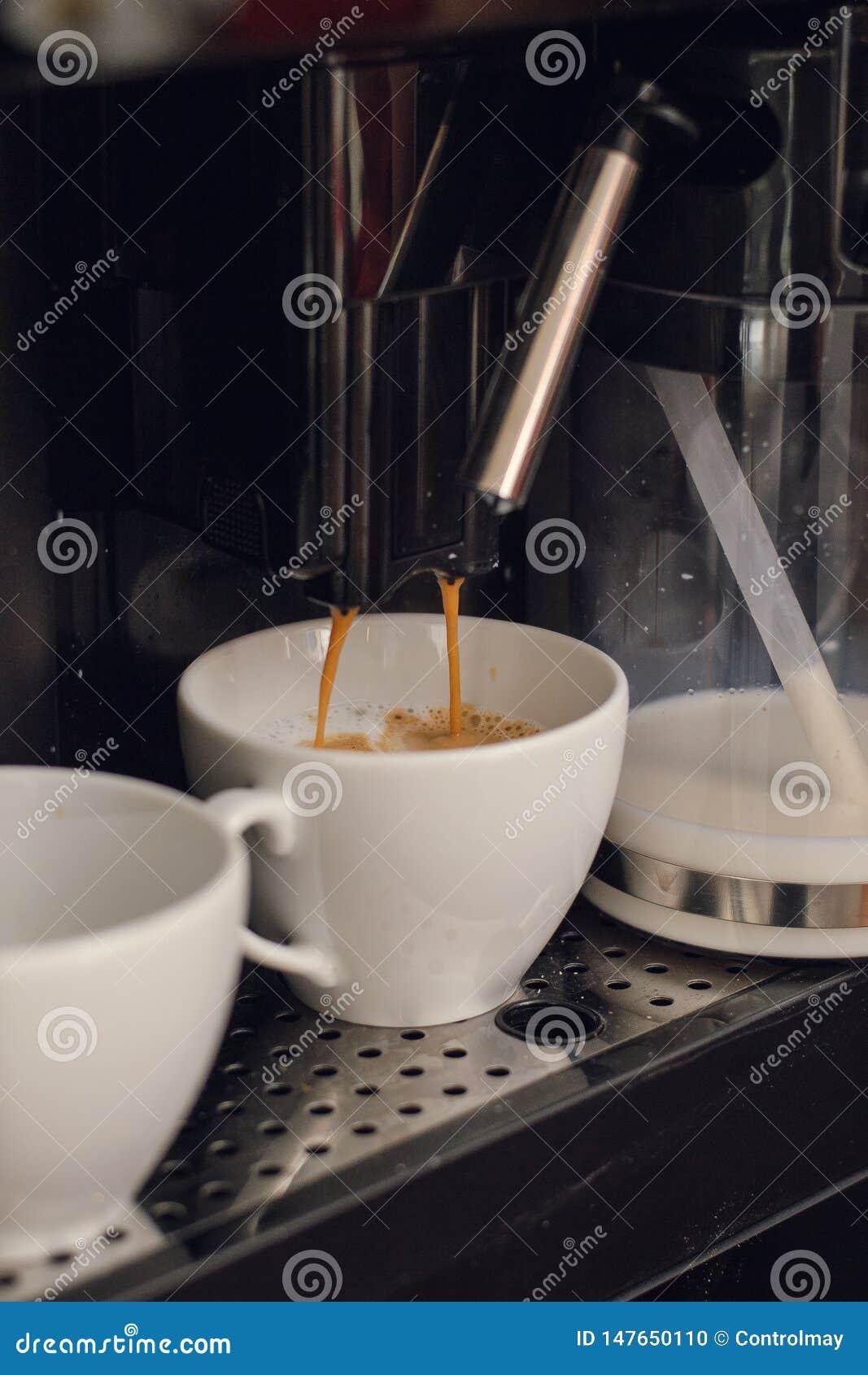 Het maken van koffie in een koffiewinkel
