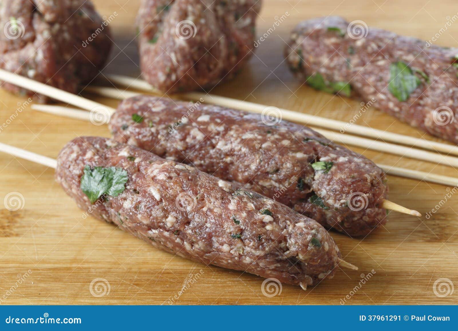 Het maken van koftabbq vleespennen