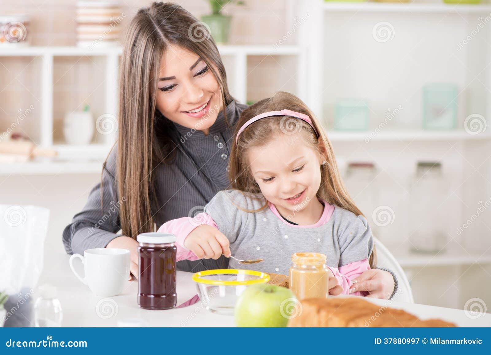 Het maken van ontbijt in de ochtend