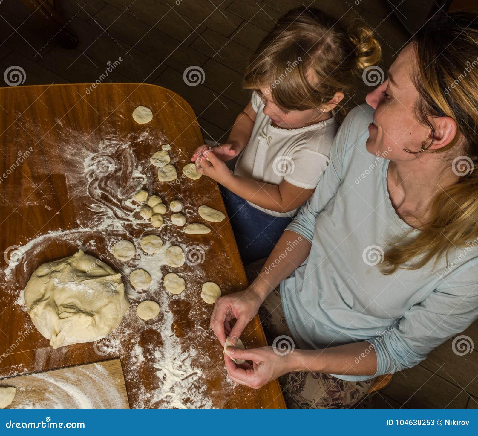 Download Het Mamma En De Dochter Maken Bloem Uit Bloem Om Bollen Te Koken Stock Afbeelding - Afbeelding bestaande uit cooking, zwart: 104630253