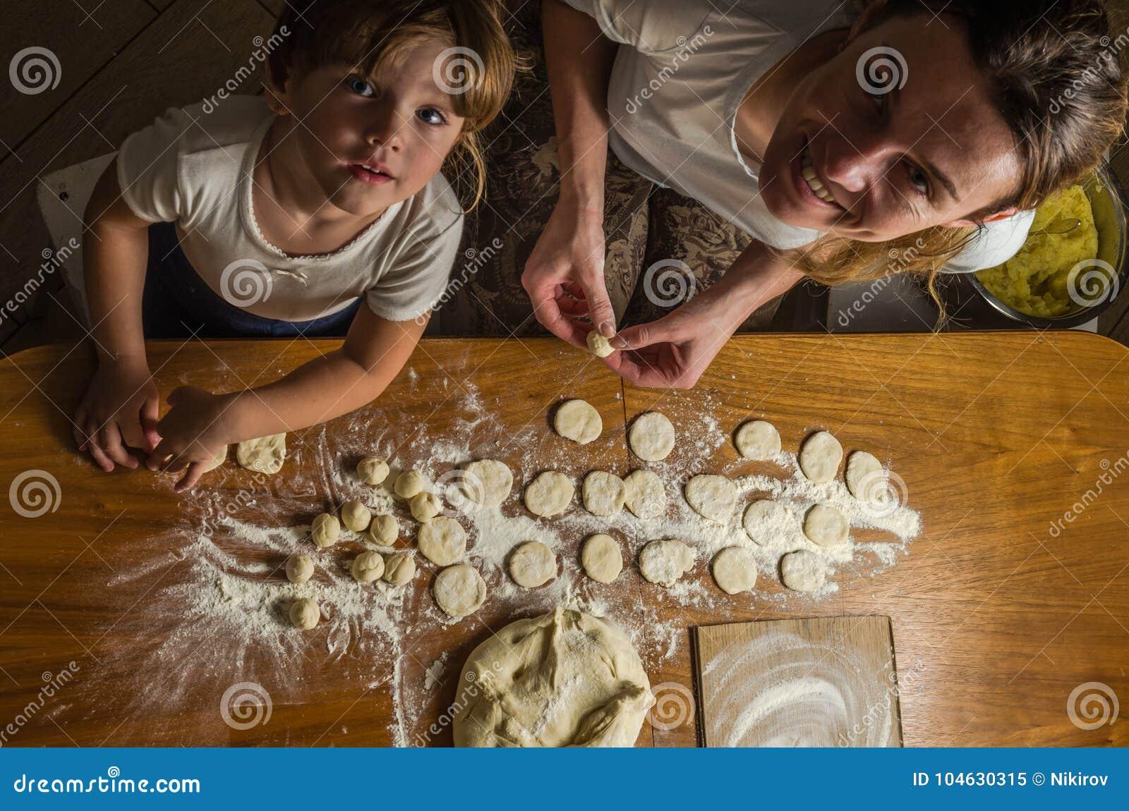 Download Het Mamma En De Dochter Maken Bloem Uit Bloem Om Bollen Te Koken Stock Afbeelding - Afbeelding bestaande uit brood, ingrediënt: 104630315