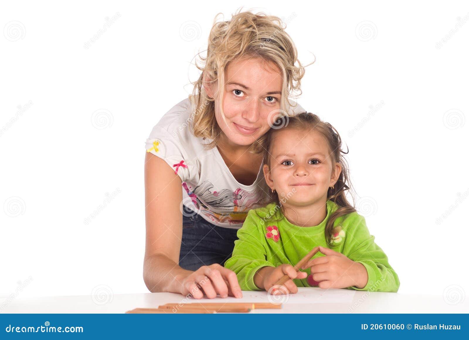 Het mamma en de dochter trekken