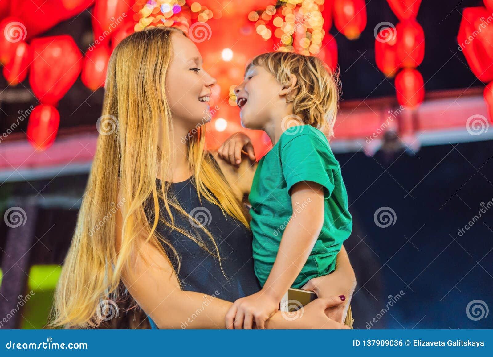 Het mamma en de zoon vieren Chinees Nieuwjaar bekijken Chinese rode lantaarns