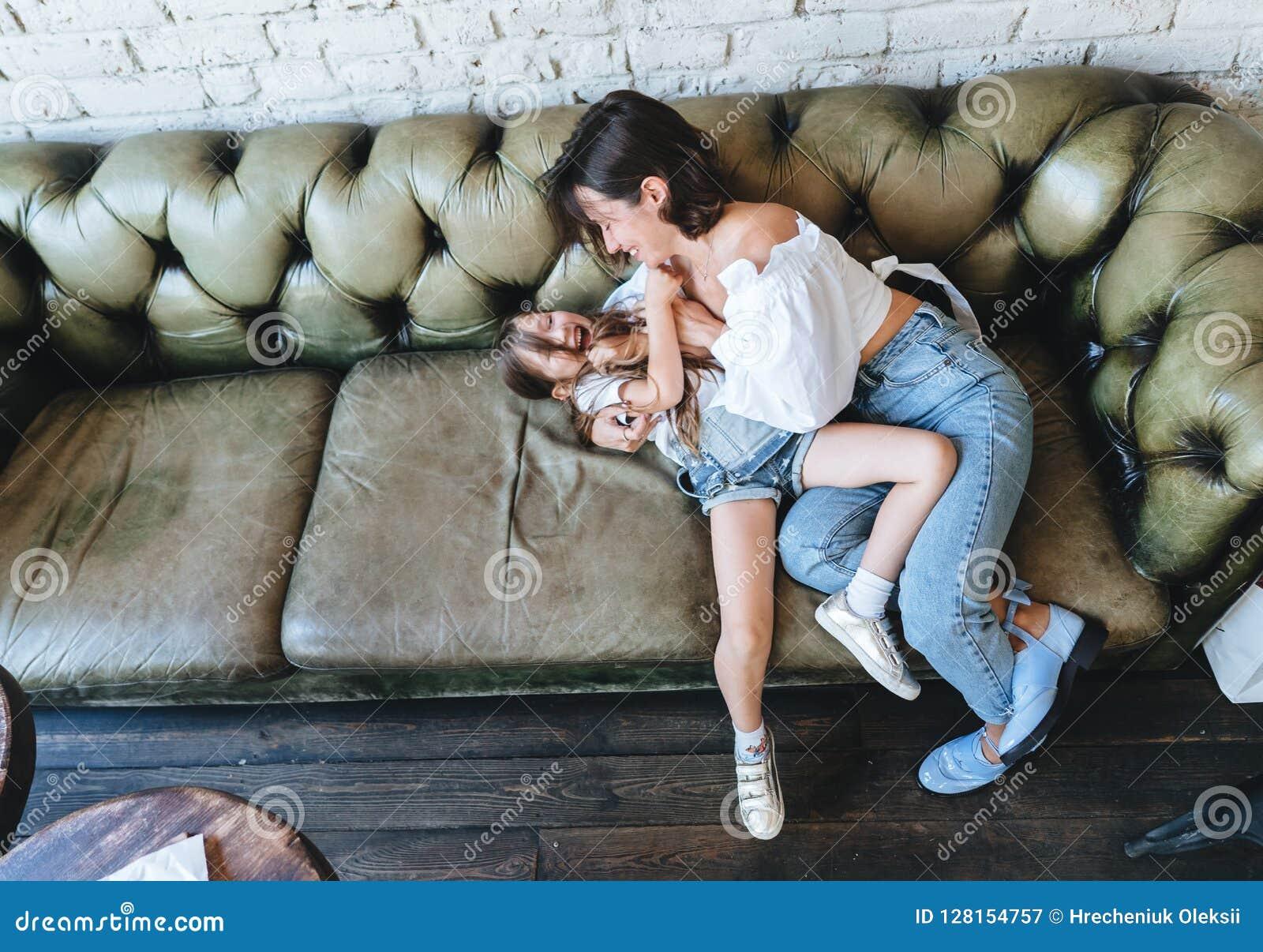Het mamma en haar meisje hebben pret op de laag