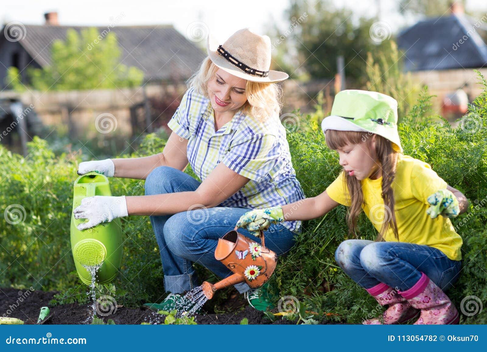Het mamma en het jonge geitje zijn tuinlieden
