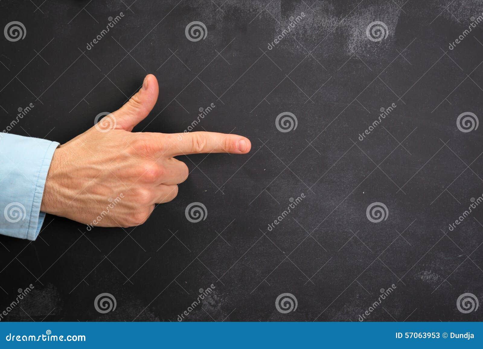 Het Man hand gesturing op donker bord met exemplaar-ruimte