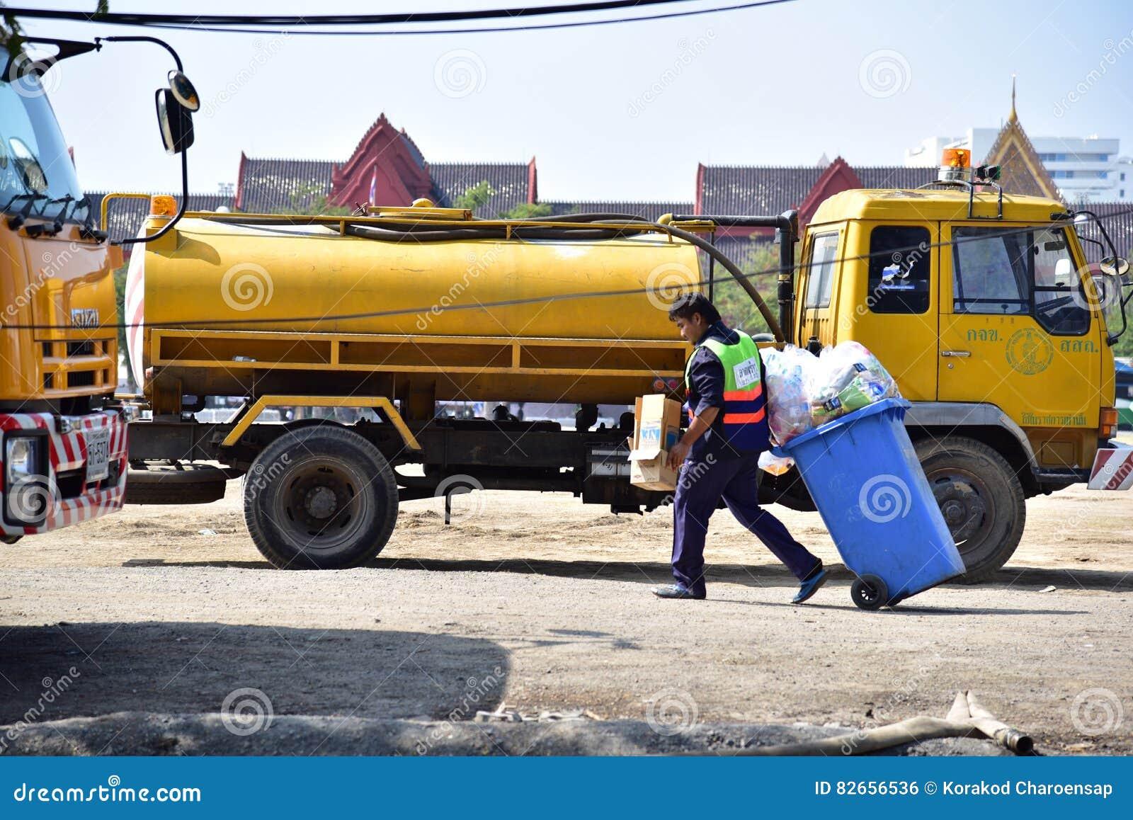 Het mannelijke arbeider schoonmaken in publiek