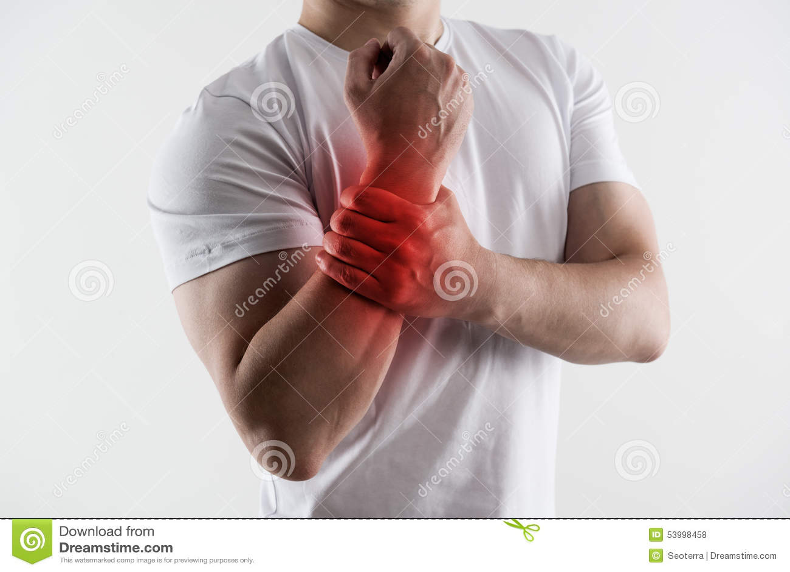 Het mannelijke pak van het holdingsijs op pols las vlek die op plaats van de pijn wijzen