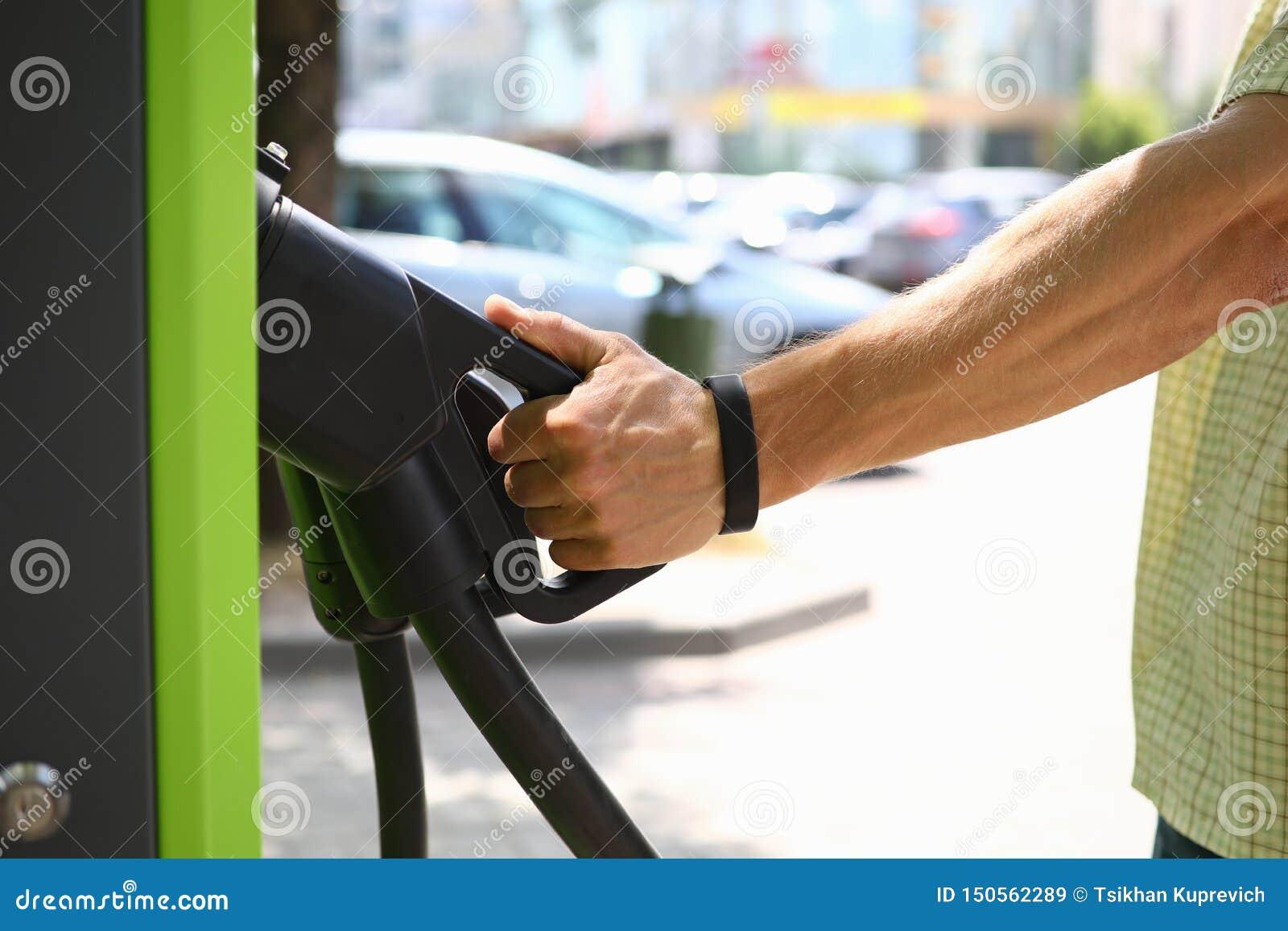 Het mannelijke pistool van de handgreep een elektrische last