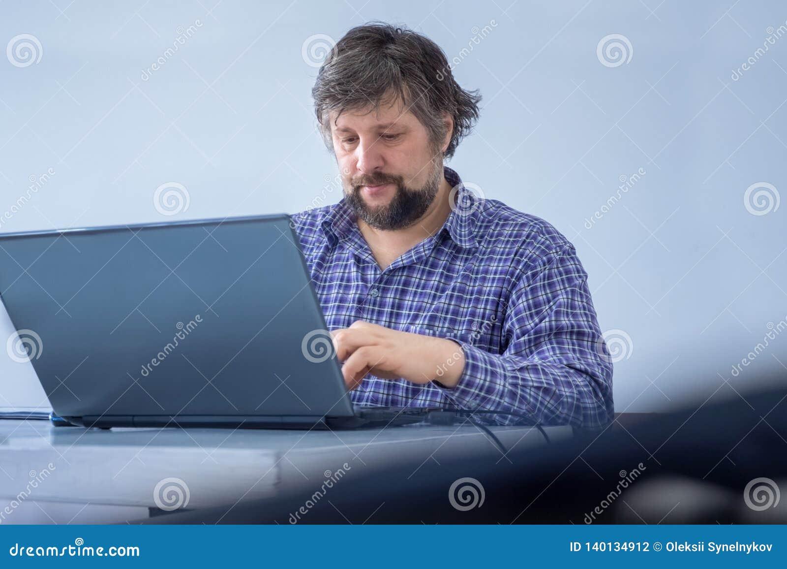 Het mannetje concentreerde zich op het werk Thuis het werken De creatieve media die manager op de markt brengen die importnant ta