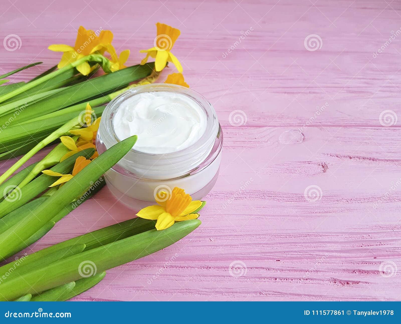 Het masker kosmetische met de hand gemaakte organische room van gele narcissennarcissen een roze houten uittreksel