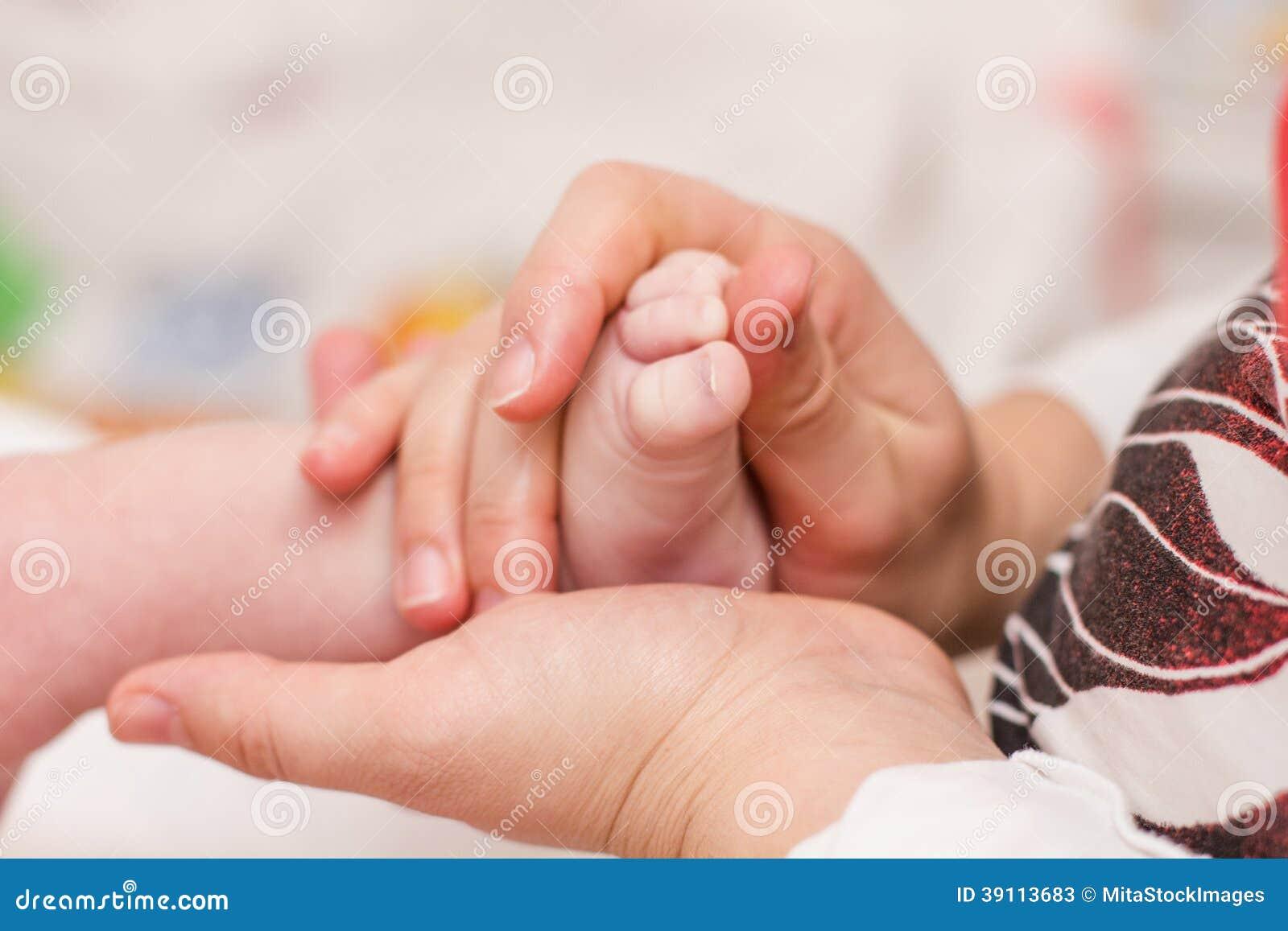 Het masseren van pasgeboren babyvoeten