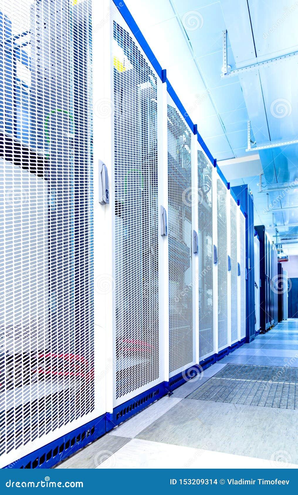 Het materiaal voor cellulaire mededeling in datacentrum, rijen van heldere kabinettencentrale verwerkingseenheden op lange termij