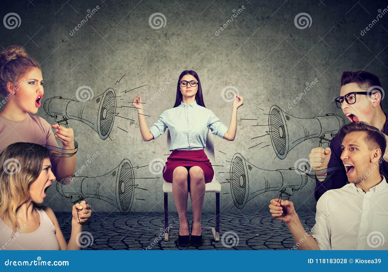Het mediteren van onderneemster die geen aandacht besteden aan menigte van gillende boze mensen