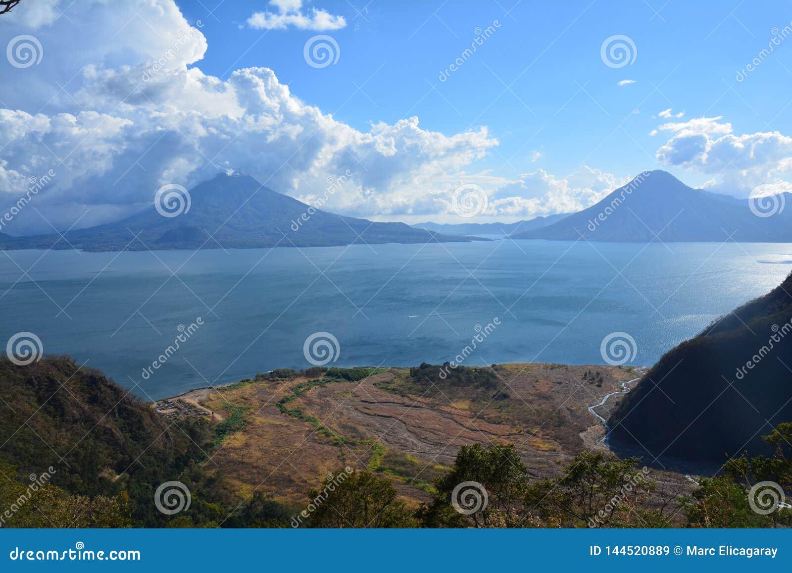 Het Meer Guatemala van panoramaatitlan