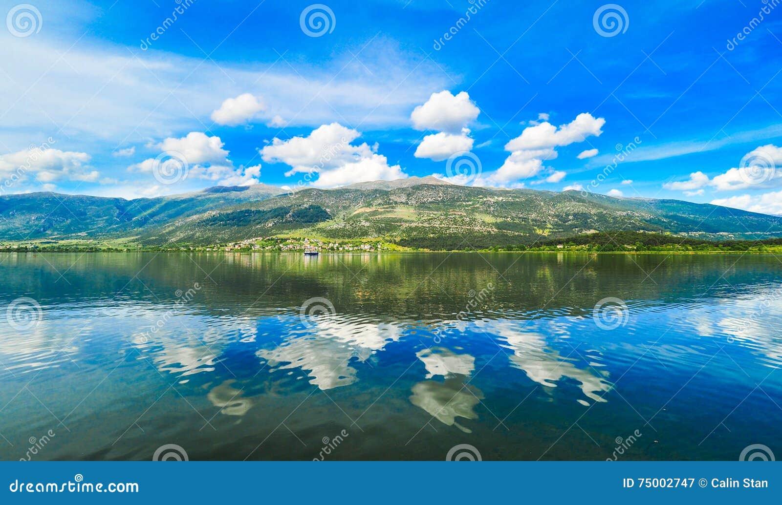 Het meer Pamvotida van Ioannina in Epirus-Gebied, Griekenland Artistieke panor