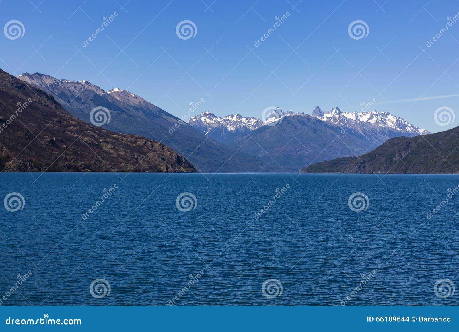 Het meer Puelo met ver sneeuw-caped bergen