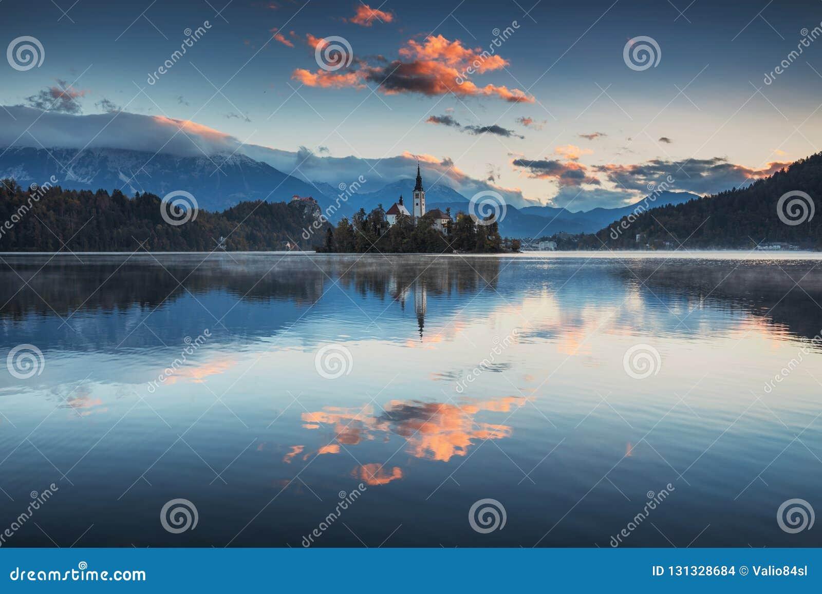 Het meer tapte met St Marys Kerk van de Veronderstelling op kleine I af
