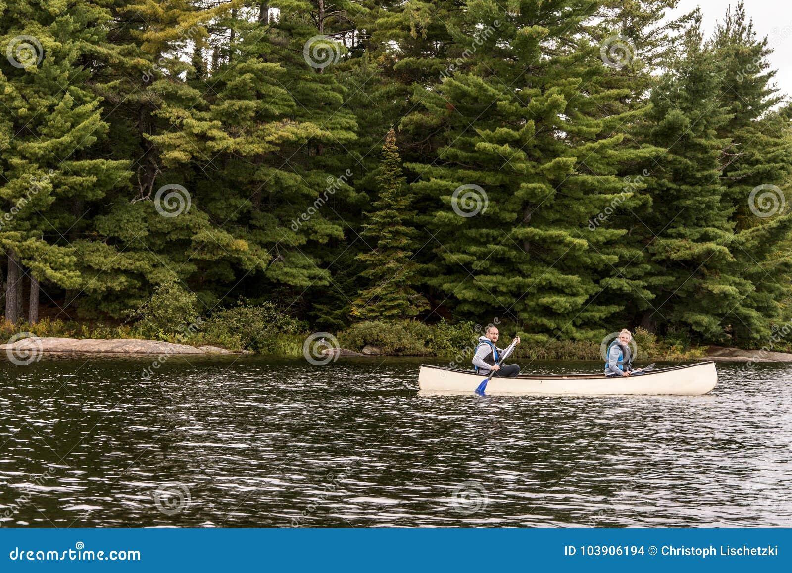 Het Meer van Canada Ontario van twee rivierenpaar op een Kanokano s op het wateralgonquin Nationale Park