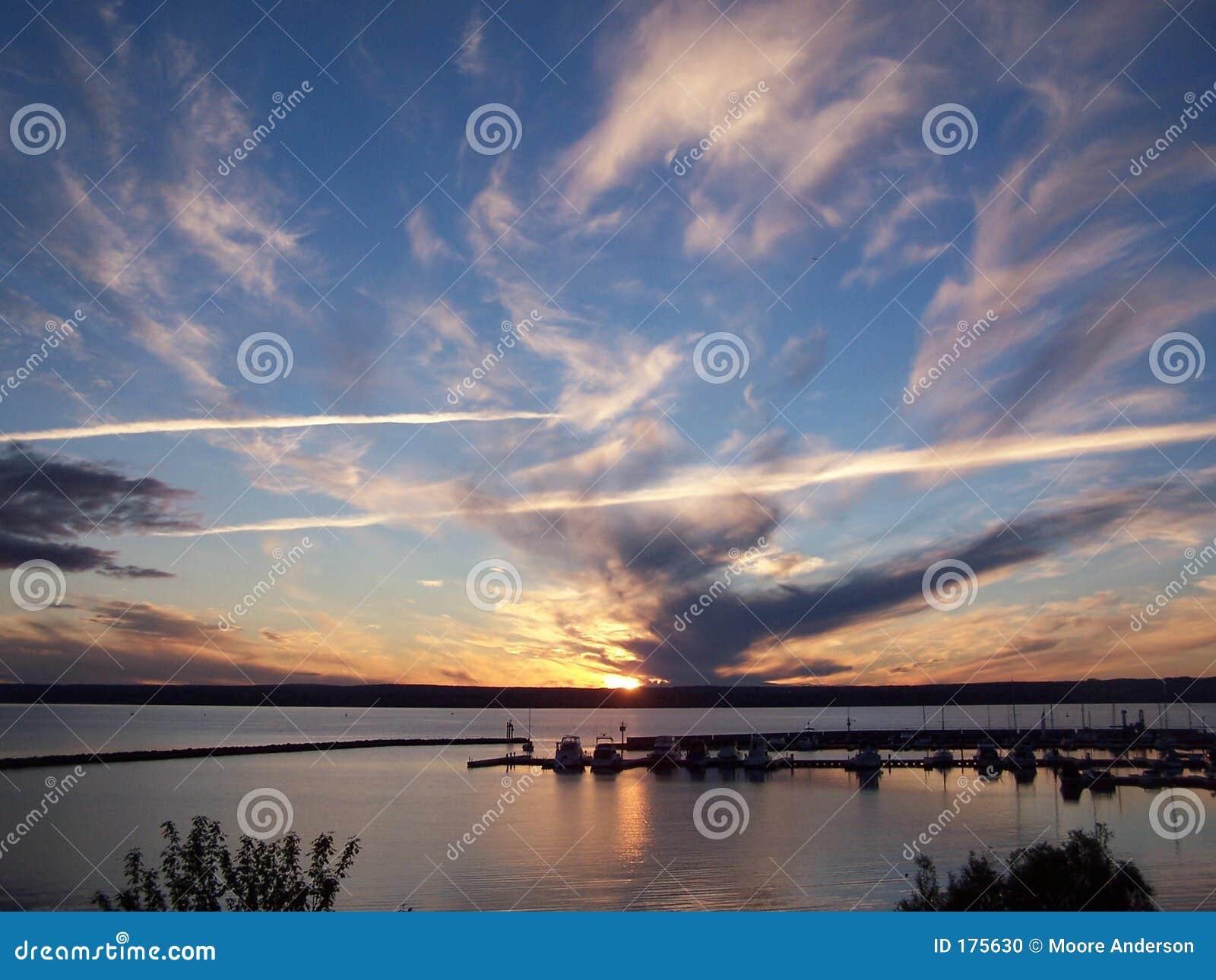 Het meer van de zonsondergang