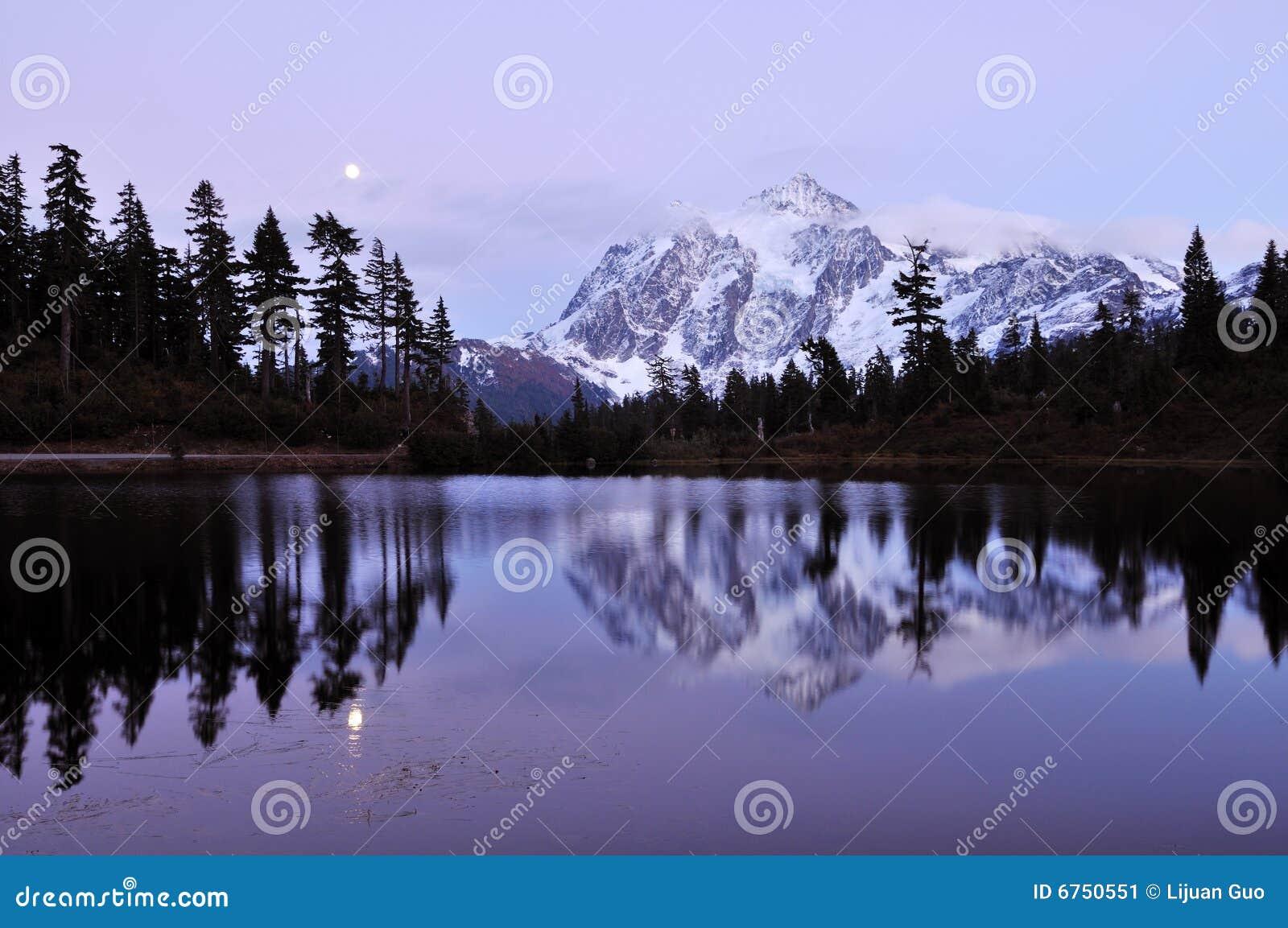 Het meer van het beeld en zet shuksan op