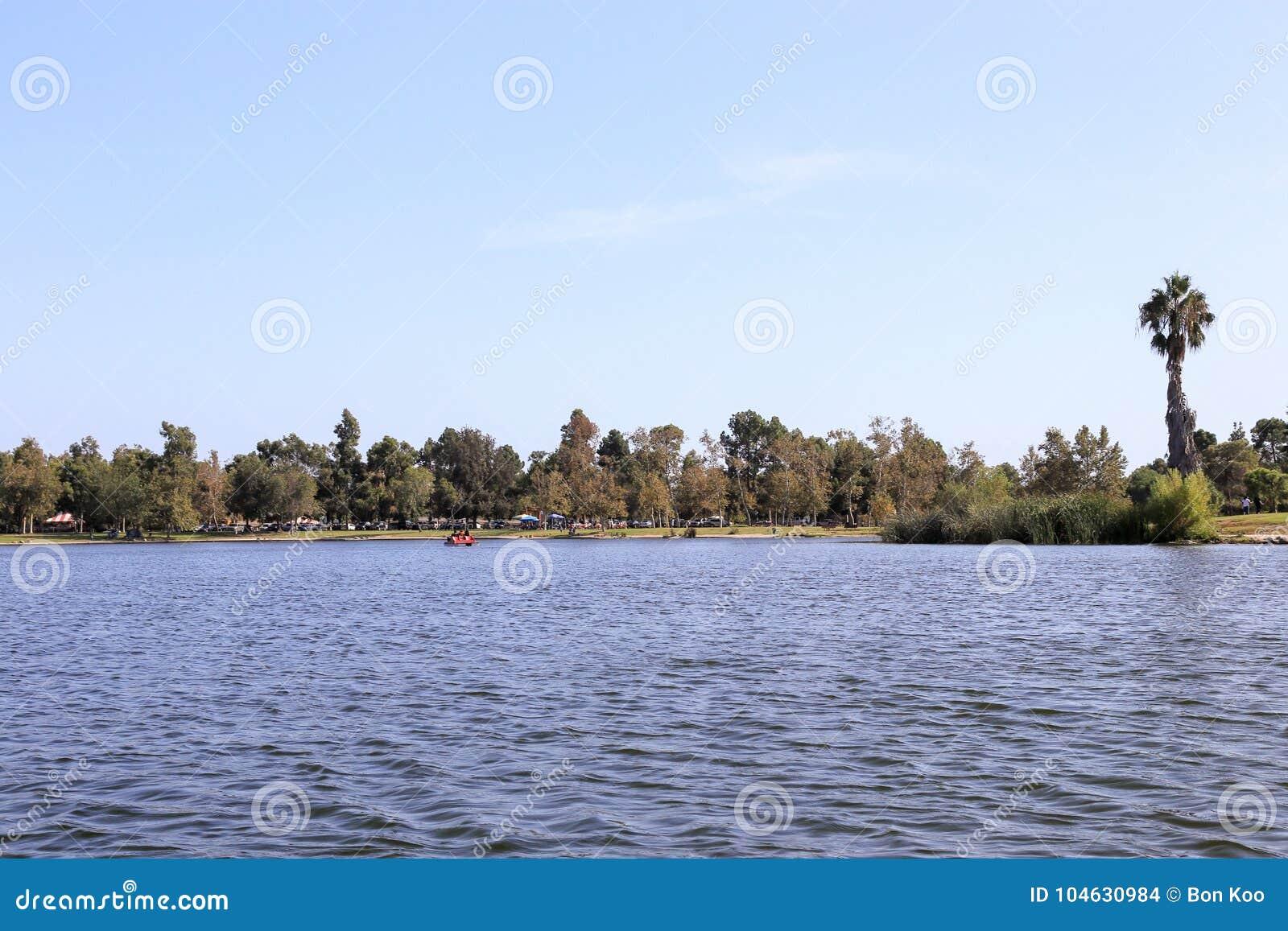 Download In Het Meer Van Het Regionale Park Van Het Oosten Van Gr Dorado Stock Foto - Afbeelding bestaande uit dorado, camping: 104630984