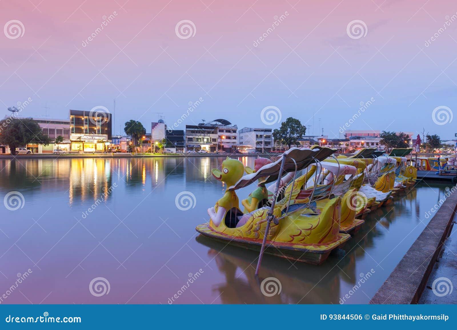Het Meer van stopphalanchai, openbaar park en oriëntatiepunt van Roi Et-provincie, noordoostelijk Thailand, met de boten van het