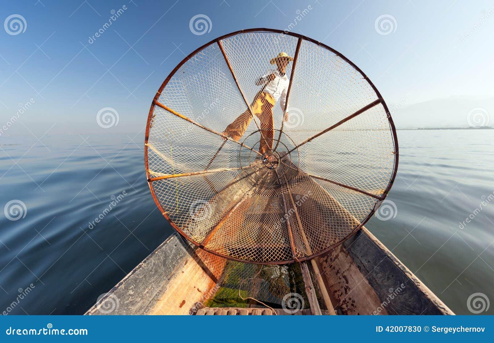 Het meervisser van Birma Myanmar Inle op boot die vissen vangen