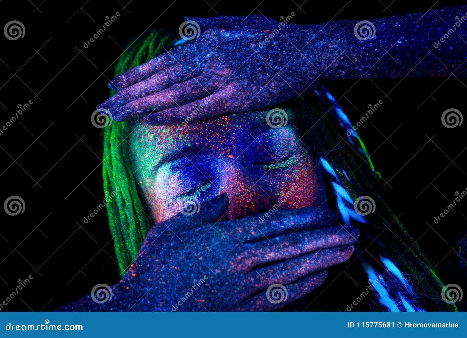 Het meisje behandelt haar gezicht met haar handen