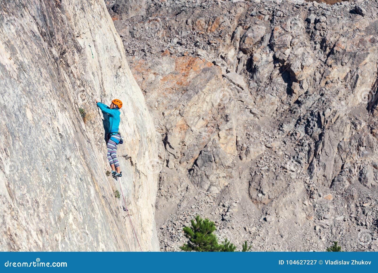 Download Het meisje beklimt de rots stock afbeelding. Afbeelding bestaande uit leisure - 104627227