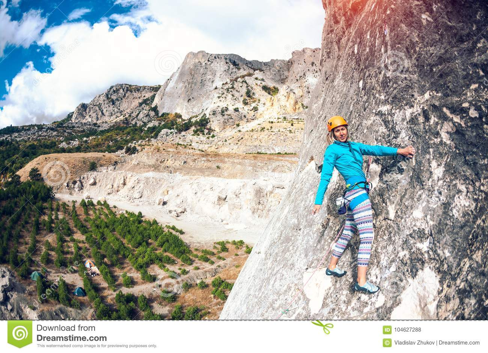 Download Het meisje beklimt de rots stock foto. Afbeelding bestaande uit hoog - 104627288
