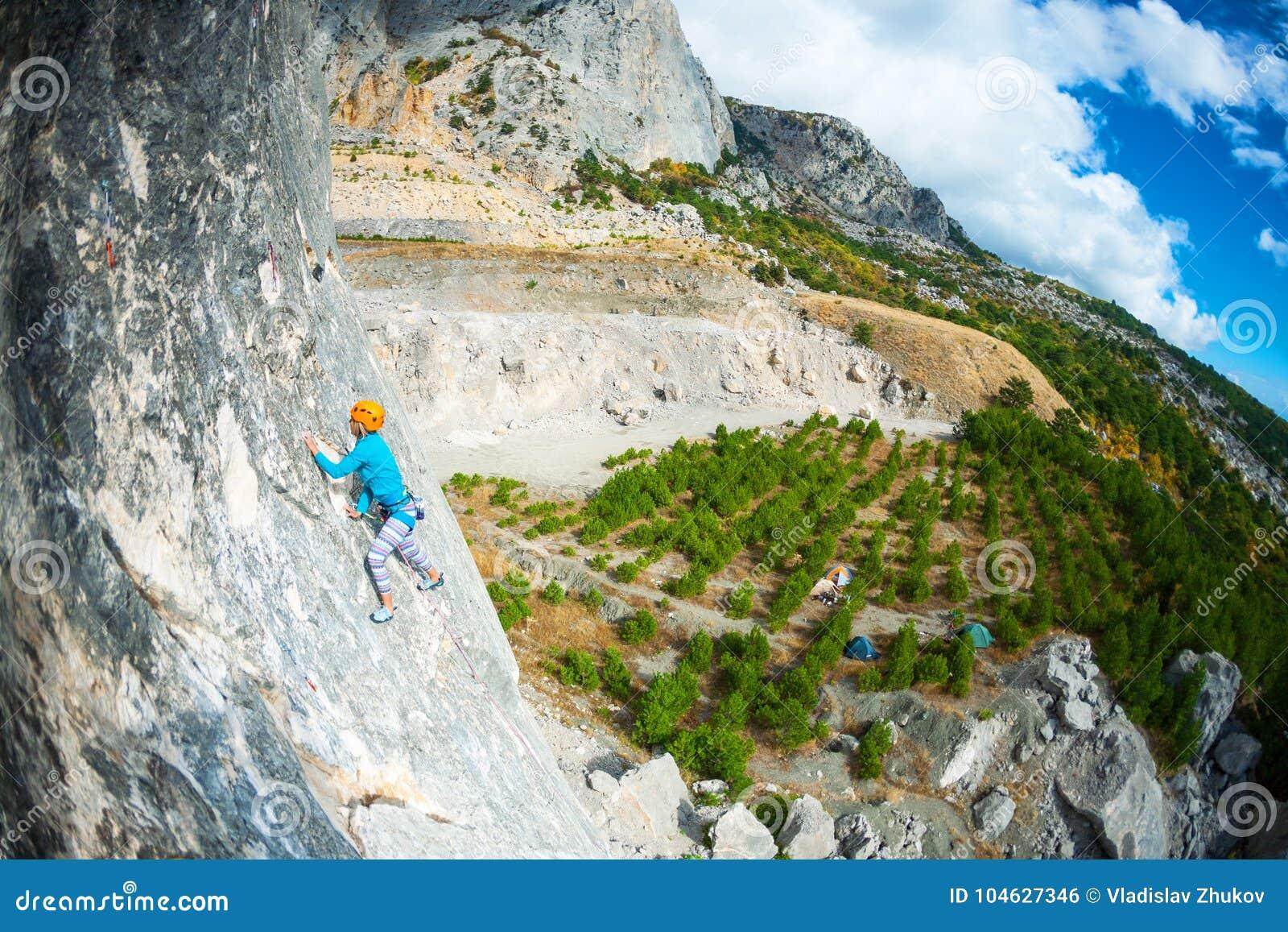 Download Het meisje beklimt de rots stock foto. Afbeelding bestaande uit actief - 104627346