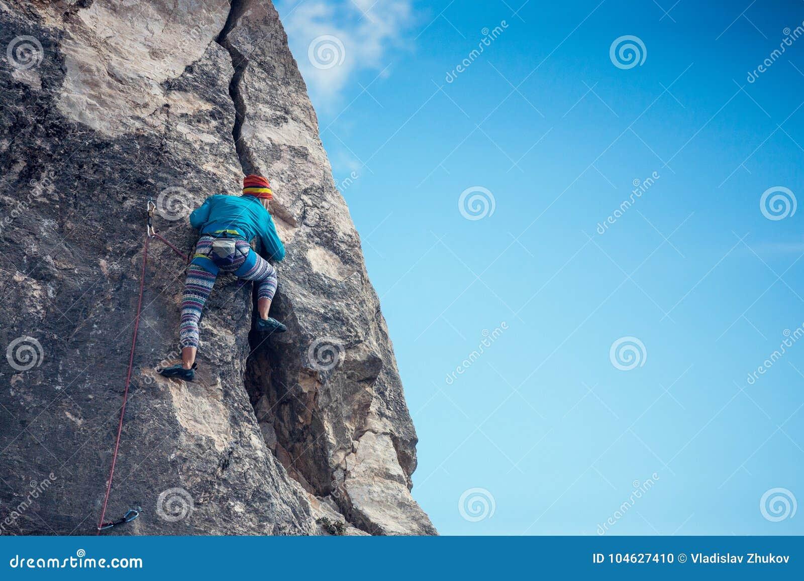 Download Het meisje beklimt de rots stock foto. Afbeelding bestaande uit climber - 104627410