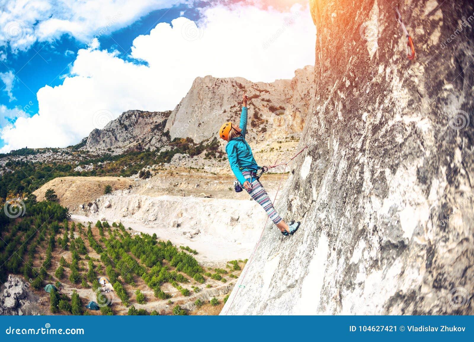 Download Het meisje beklimt de rots stock afbeelding. Afbeelding bestaande uit gezond - 104627421