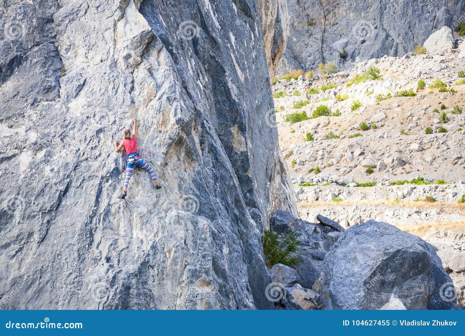 Download Het meisje beklimt de rots stock afbeelding. Afbeelding bestaande uit hoogte - 104627455