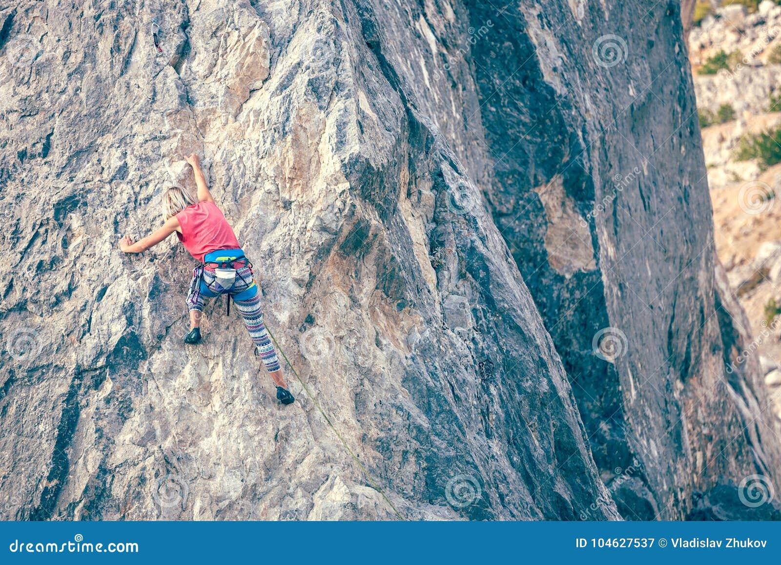Download Het meisje beklimt de rots stock afbeelding. Afbeelding bestaande uit adrenaline - 104627537
