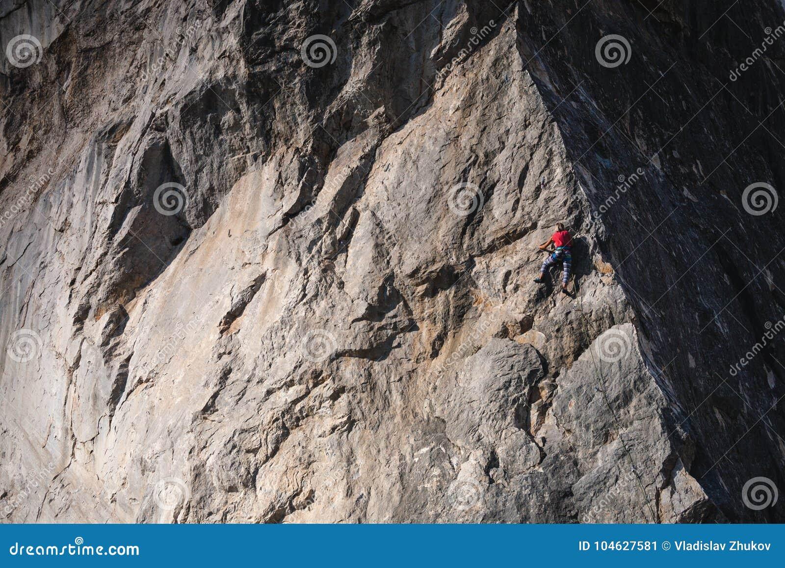 Download Het meisje beklimt de rots stock afbeelding. Afbeelding bestaande uit gevaar - 104627581