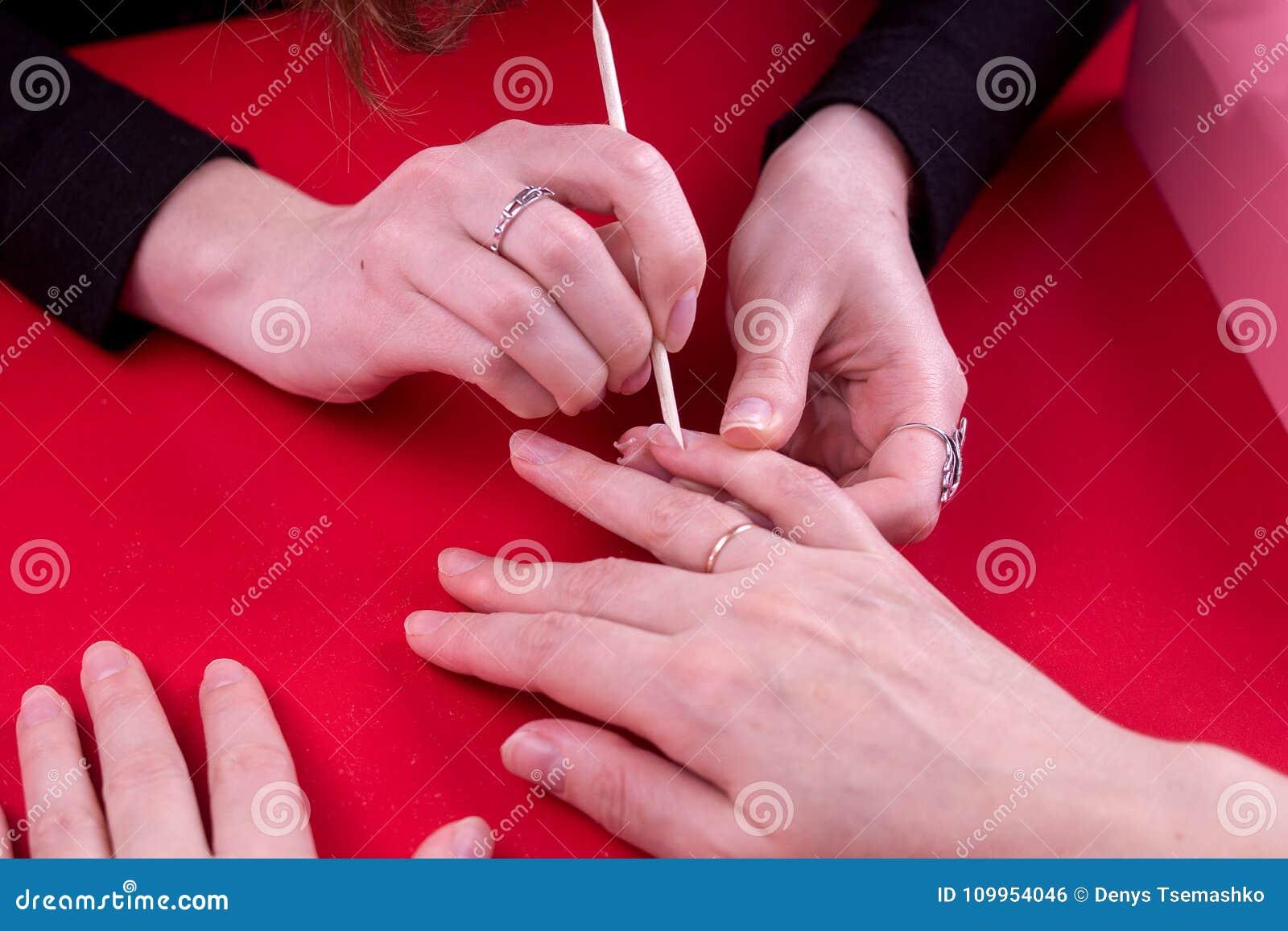 Het meisje bij lijst doet haar manicure