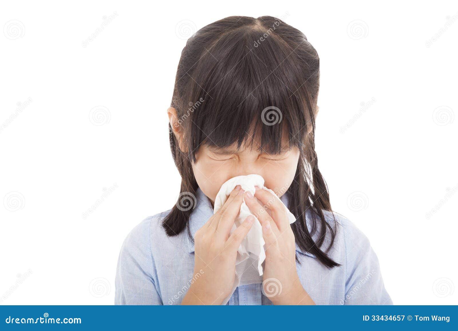Het meisje blaast haar neus
