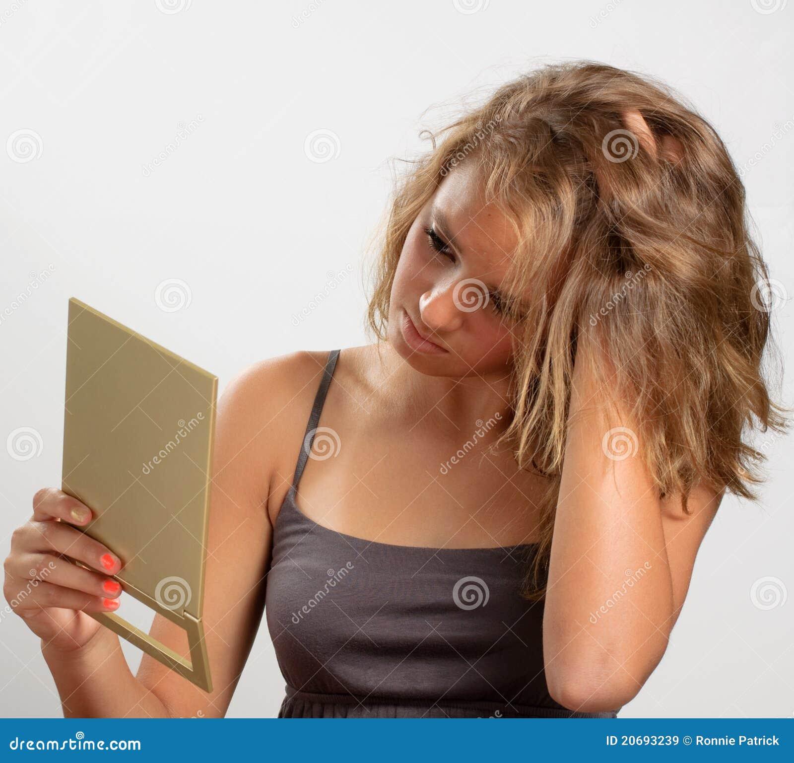 Het meisje dat van de tiener in spiegel kijkt stock afbeelding afbeelding 20693239 - Tiener meisje foto ...