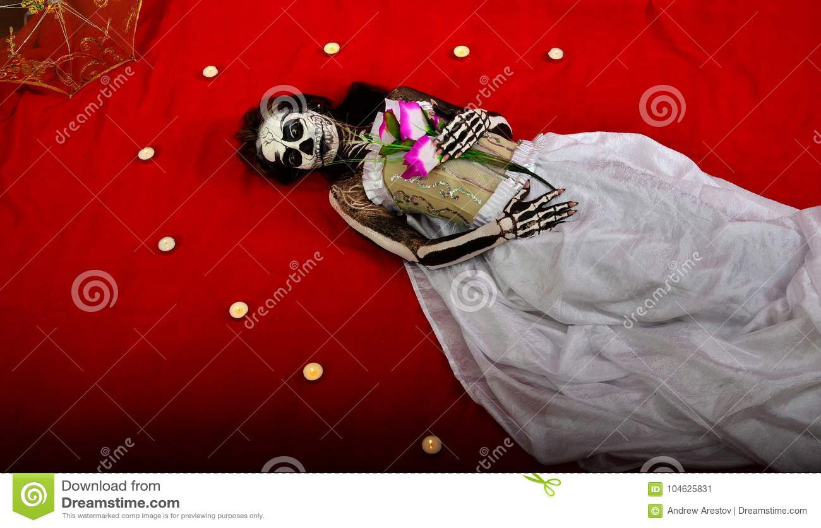 Download Het Meisje In De Make-up Van Het Skelet Ligt Onder De Kaarsen Stock Afbeelding - Afbeelding bestaande uit skelet, schedel: 104625831