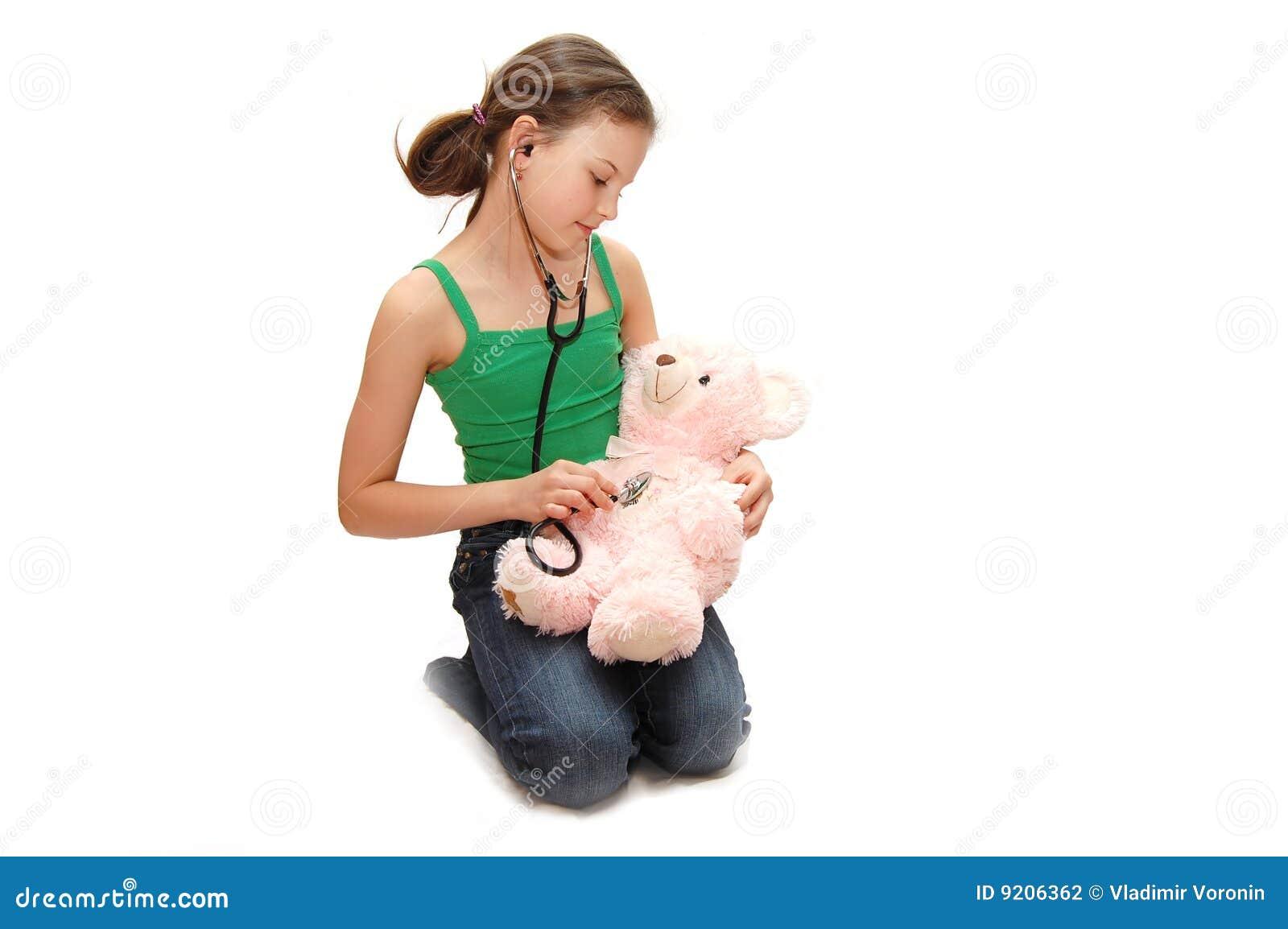 Het meisje de tiener behandelt een beer
